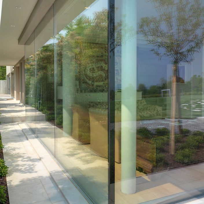 Villa Desenzano, glass corner detail
