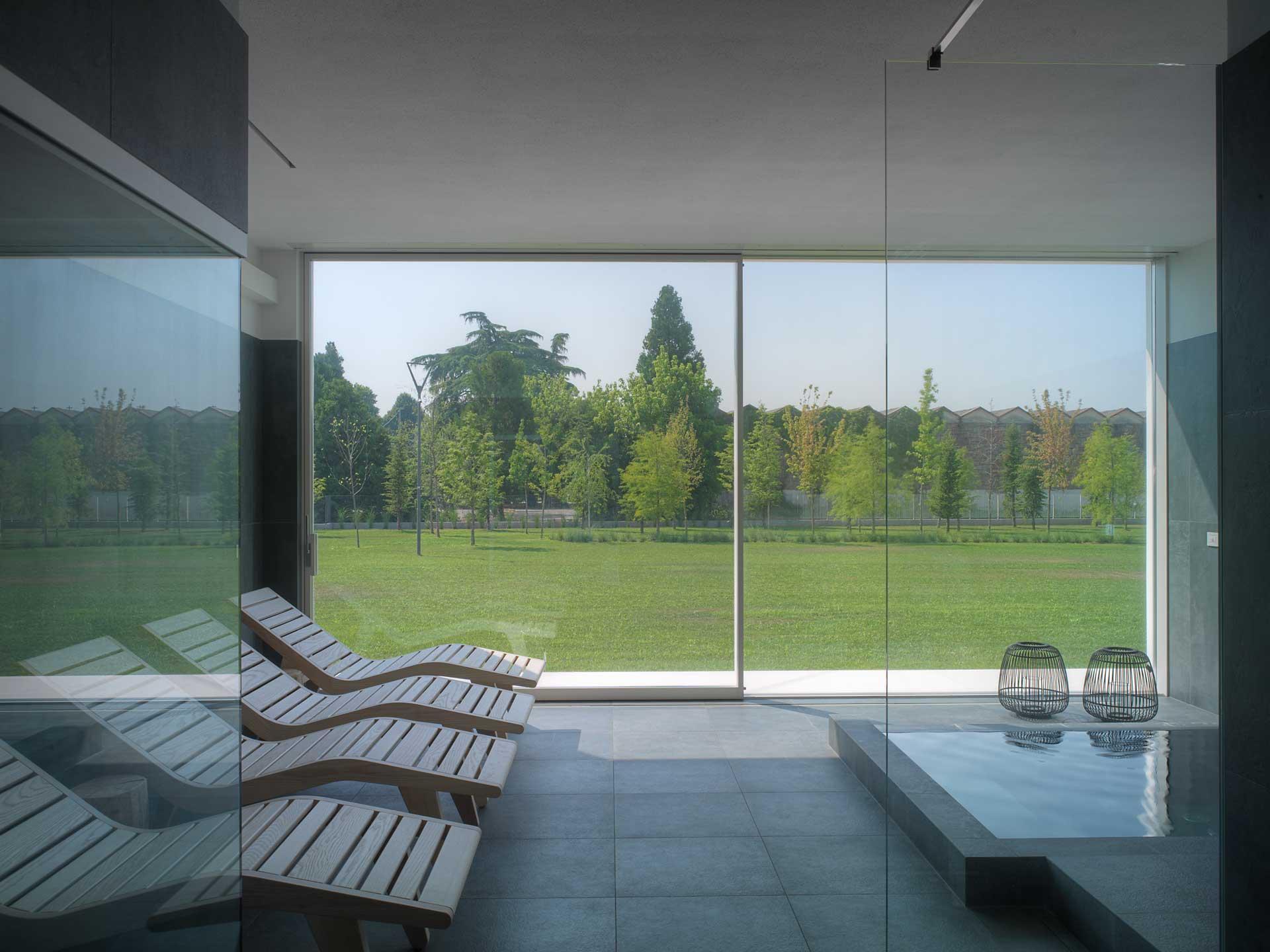 Villa Verona, area wellness con tende oscuranti alzate