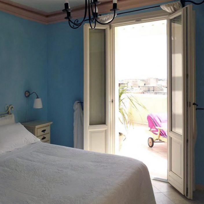 Vista di una porta finestra Euro 68 in legno laccato bianco
