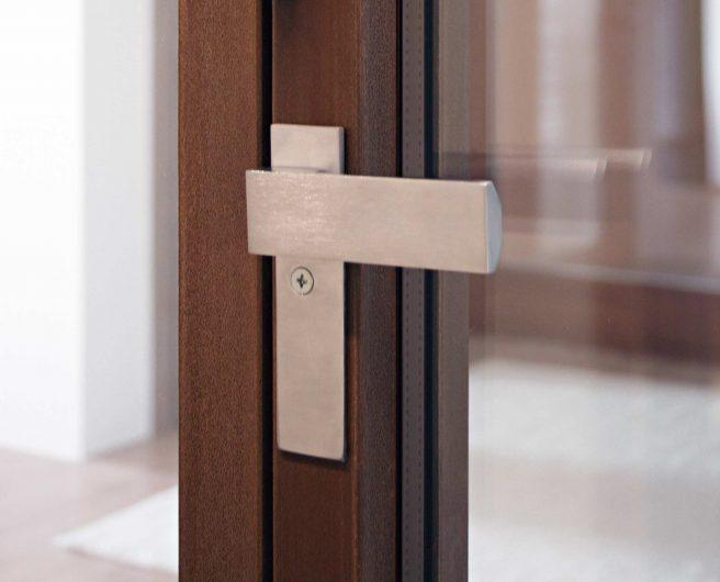 Dettaglio della maniglietta interna installata su serramento a libro
