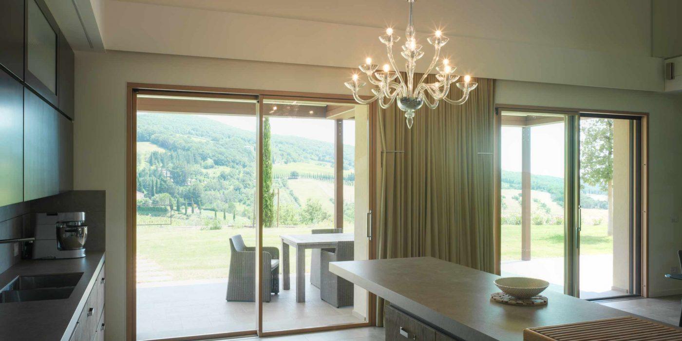 Vista dell'alzante a due ante scorrevoli della zona cucina di Villa Pisa