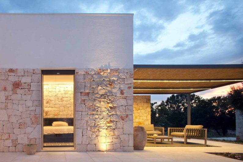 Prospectus of Villa Ostuni with retractable Vitrum-effect glass door