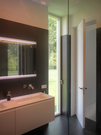 View of the bathroom with a sample lacquered Skyline door