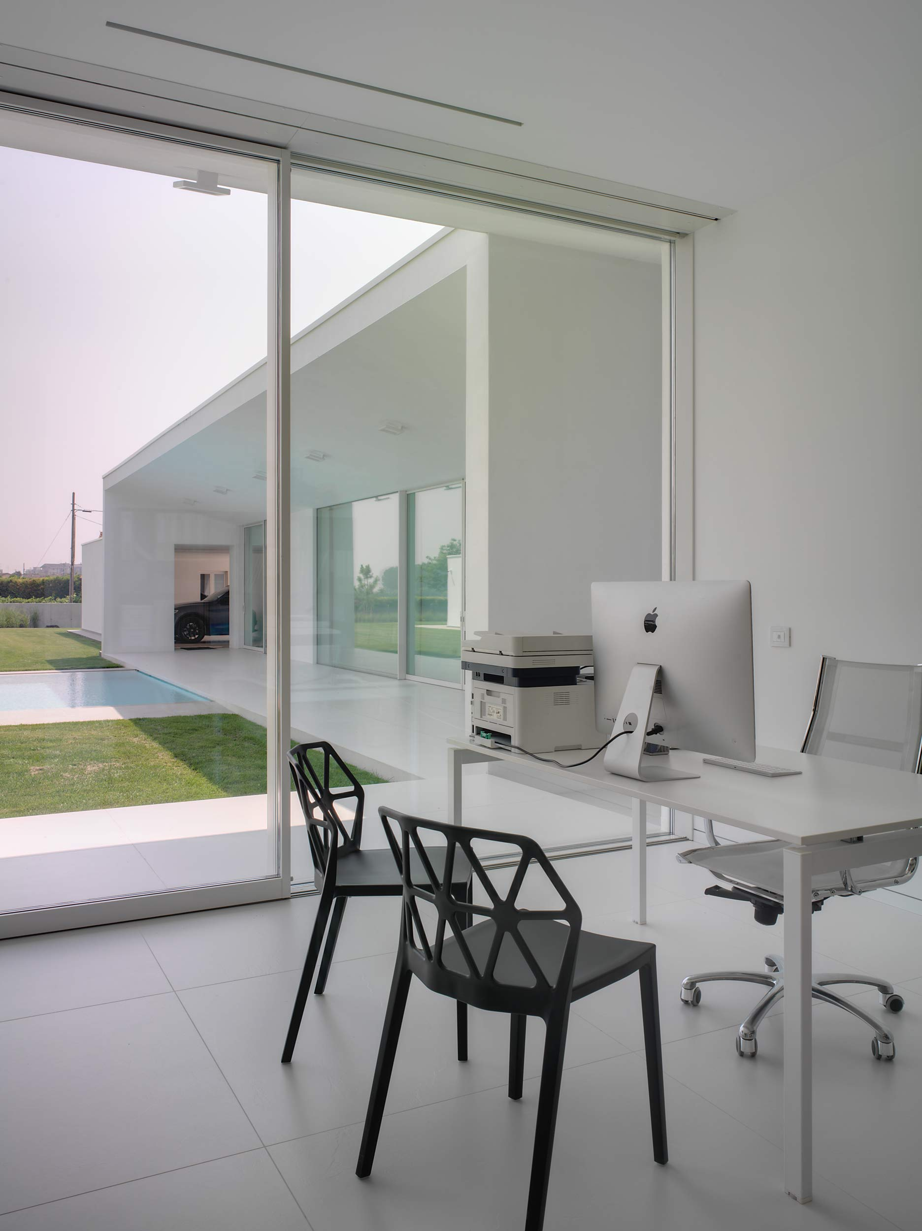 View of the study with a lift and slide door with two white lacquered doors as per sample